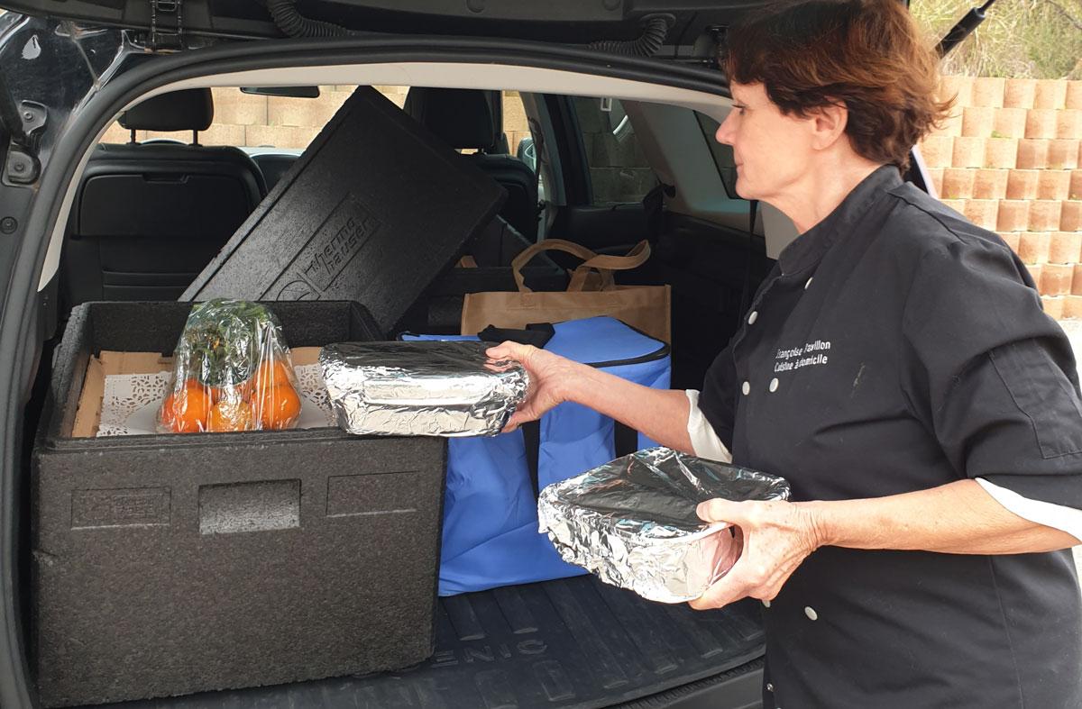 livraison d'un repas traiteur transporté dans le coffre d'une voiture